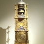 Umetelna ura s premičnimi deli (in zvočnimi.. zvončklja na vsakih 10, 15, 30 in 60 minut z drugačnim zvokom), menda iz Strasbourga