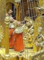 Možiclji, ki se gibljejo krožno okrog prestola