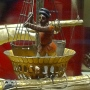 Možiclji v razglednih košaraj na jarbolih tolčejo s kladivi / zvonijo