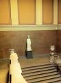Antični kip, ki sameva na stopnišču.