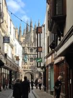 Ulica, ki vodi proti vhodu na dvorišče katedrale