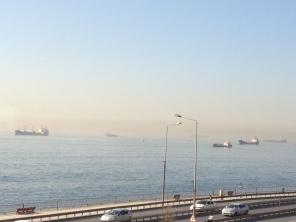 Težke tovorne ladje tromo sedijo na morski gladini