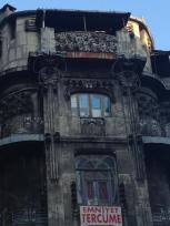 Nekoč verjetno čudovito oblikovana stavba, kjer bi se detektiv Poirot po potovanju z Orient Expresom počutil kar doma.