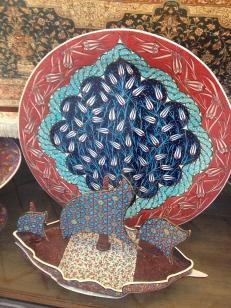 Čudovito oblikovana keramika po vzoru na keramiko iz Topkapi palače
