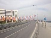 Prazna cesta in zastavice