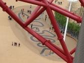 Pogled na vijugasti vodomet, kjer otroci veselo skačejo med poskočnimi curki