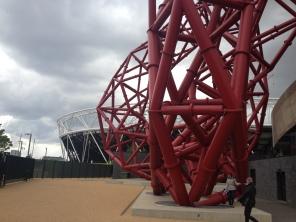 Olimpijski stadion v ozadju